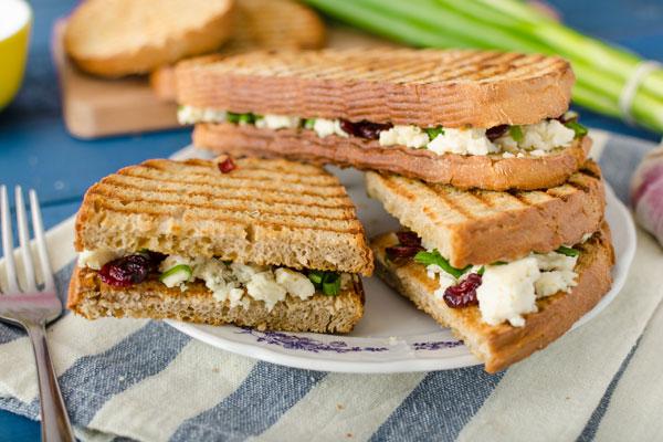Sandwich de queso azul con confitado de higo y cranberry
